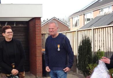 Bram Vazel nu Ridder in de Orde van Oranje Nassau